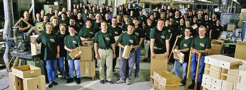 Mitarbeiter mit Holzschubladen