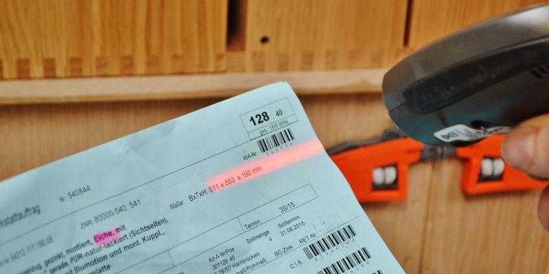 Fertigungspapiere vor hochwertigen Massivholzschubladen kommissionsweise Fertigung am Losgröße eins